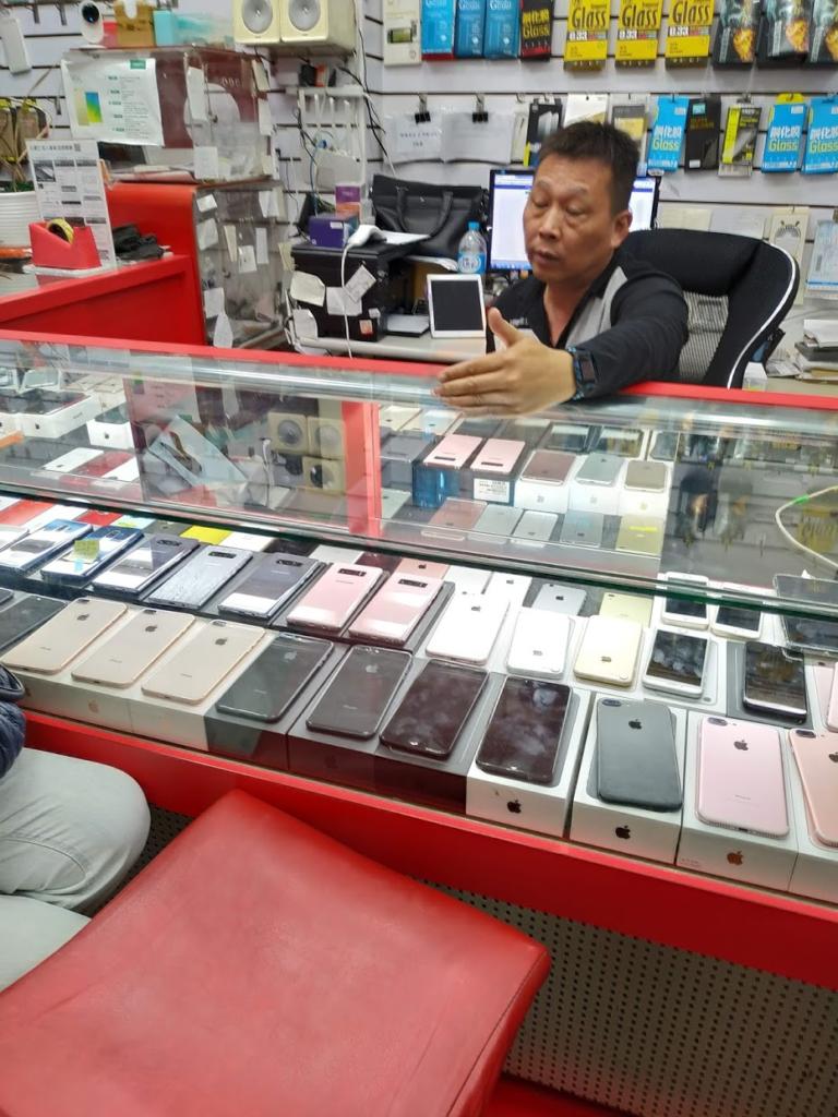 台湾携帯ショップ多くの携帯がディスプレイされている