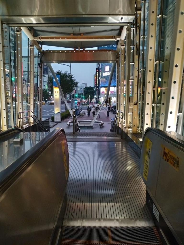高雄美麗島駅暗くなってきた画像