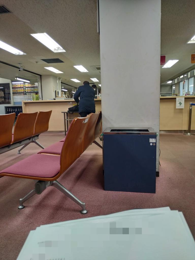 法務局の内部にて順番待ち