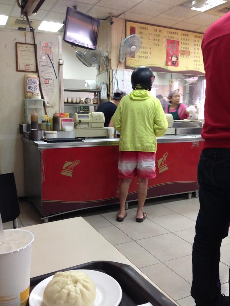 店内の様子、奥がジレになっている
