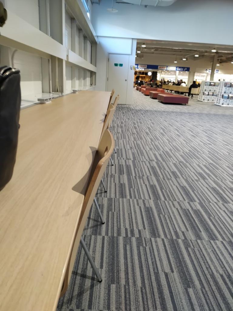 かん関空第2ターミナル待合場所のデスク