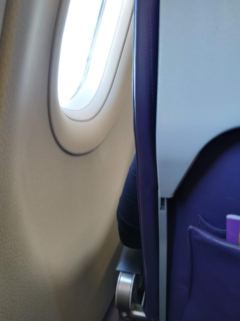 ピーチ航空機内窓側は若干広い
