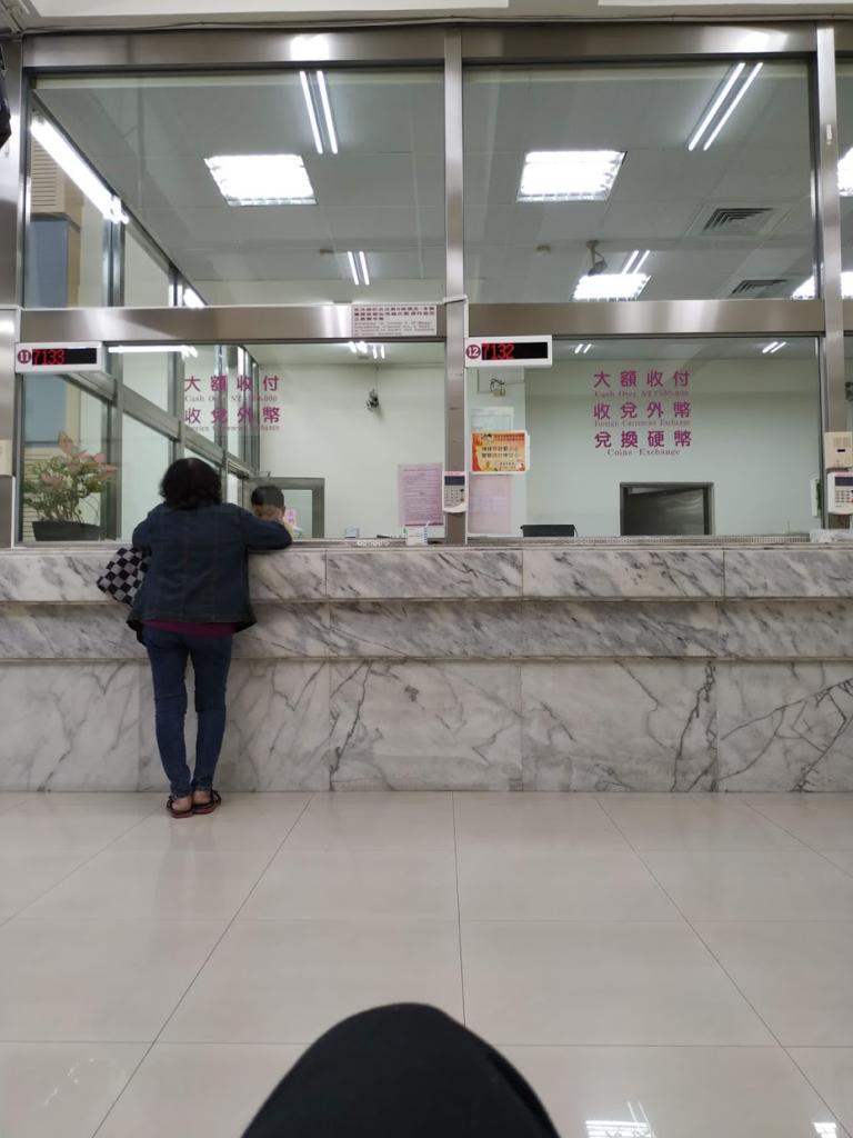 台湾銀行、両替をまっているところ