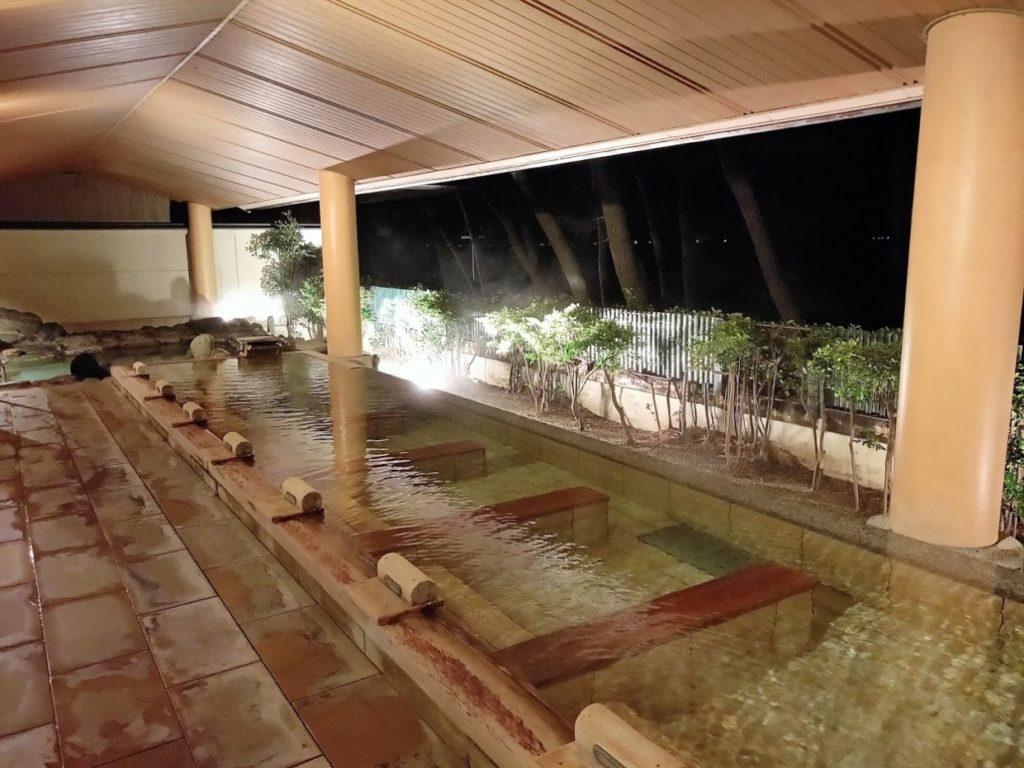 華水亭の新館の夜の露天風呂
