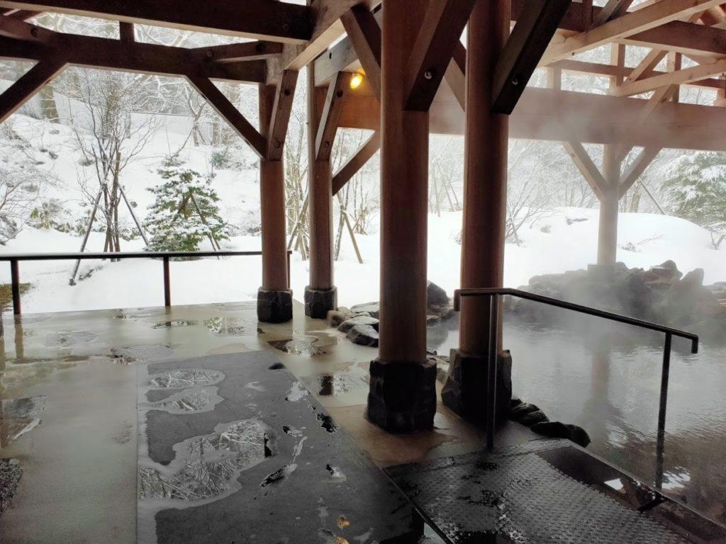 豪円湯院の露天風呂と雪景色