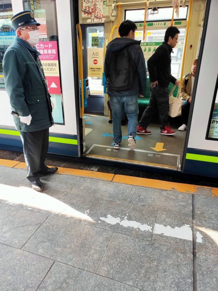 路面電車広島駅の乗る人々