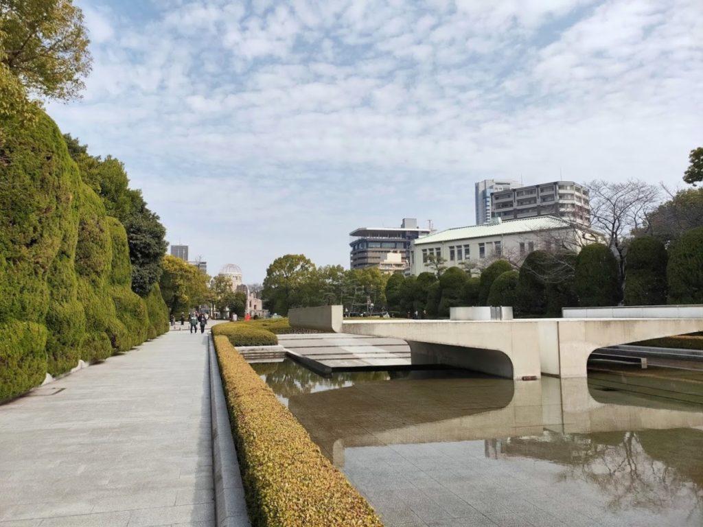 広島平和記念碑周辺と原爆ドーム