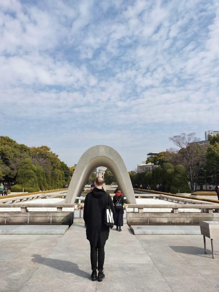広島平和記念碑と拝む人々