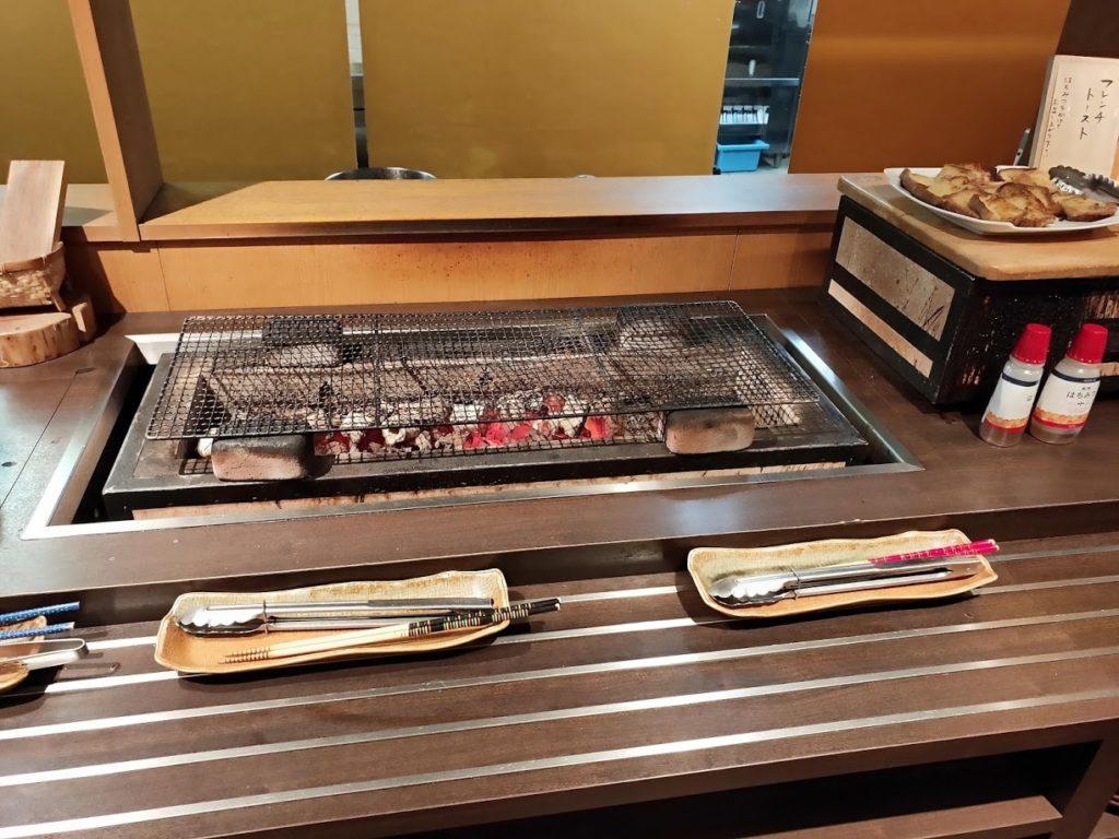 湯村温泉寿荘の朝食魚を焼けるサービス