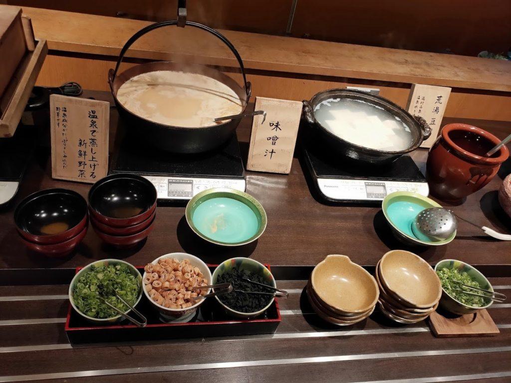湯村温泉寿荘の朝食味噌汁と湯豆腐