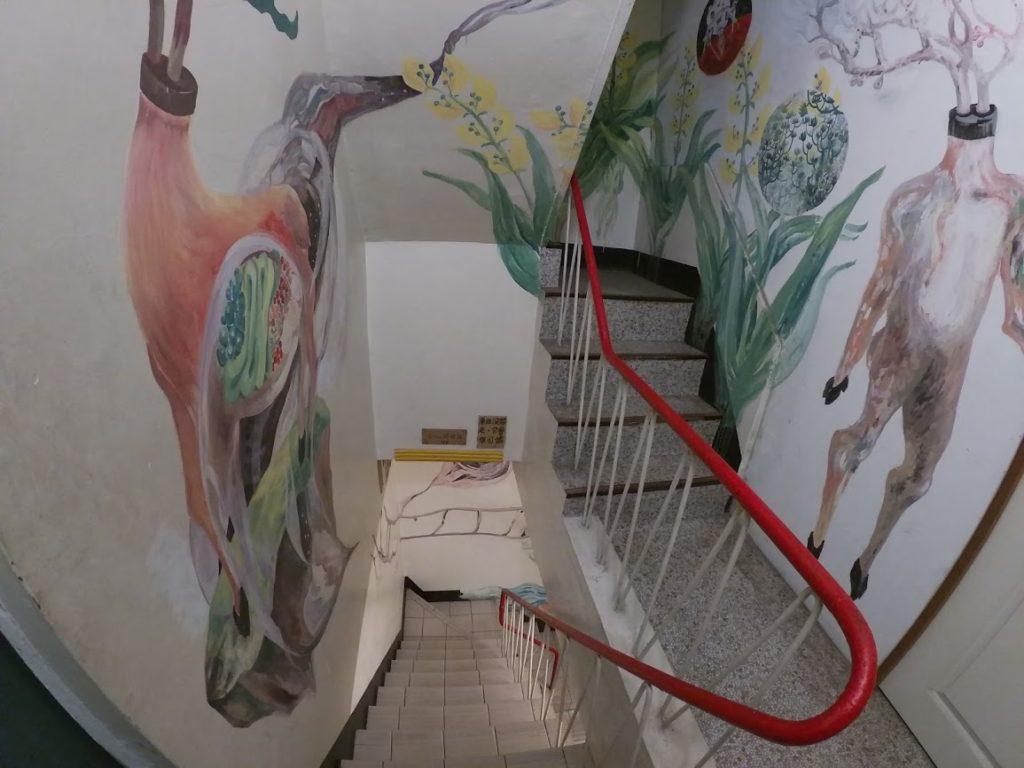 路人珈琲の階段とアート