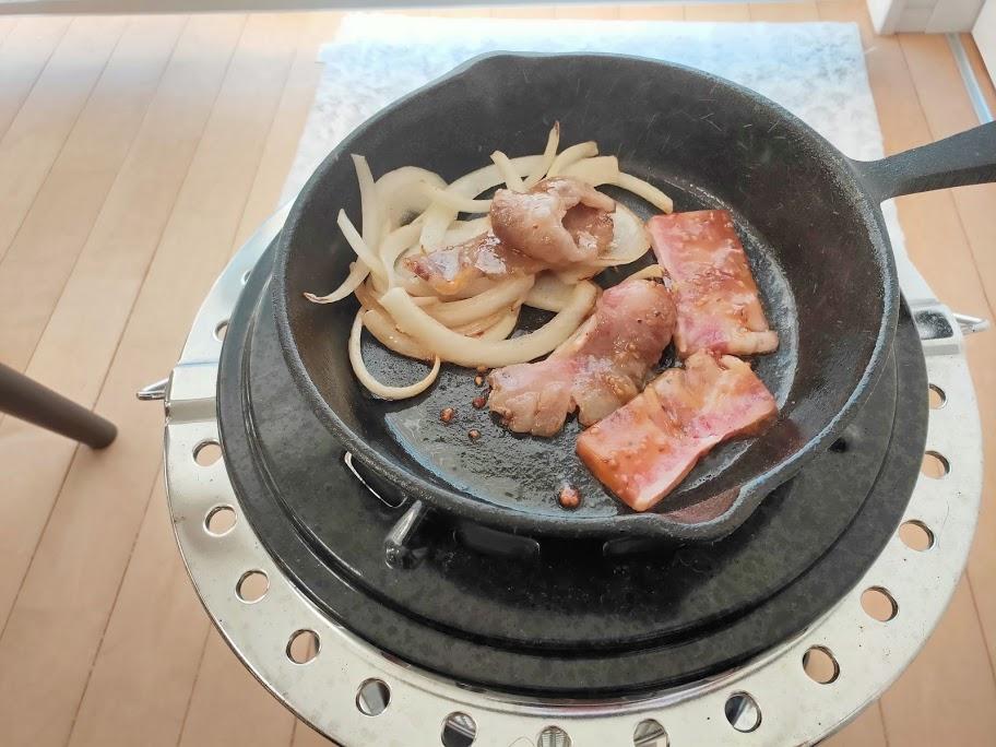ホームBBQ玉ねぎと肉をスキレットで焼く