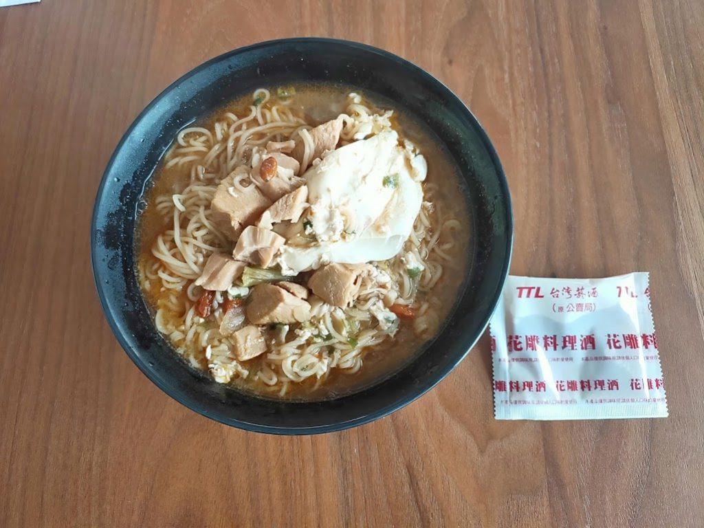 花雕鶏麺食べる前の料理酒投入