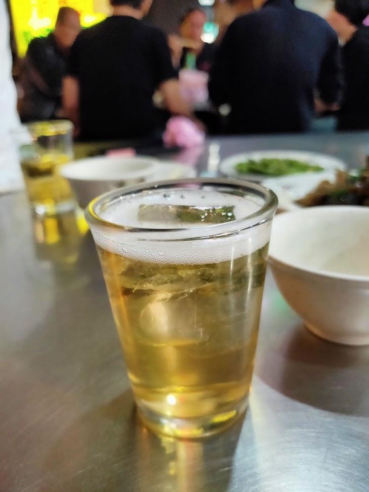 阿美海産店でビールに氷の台湾スタイル