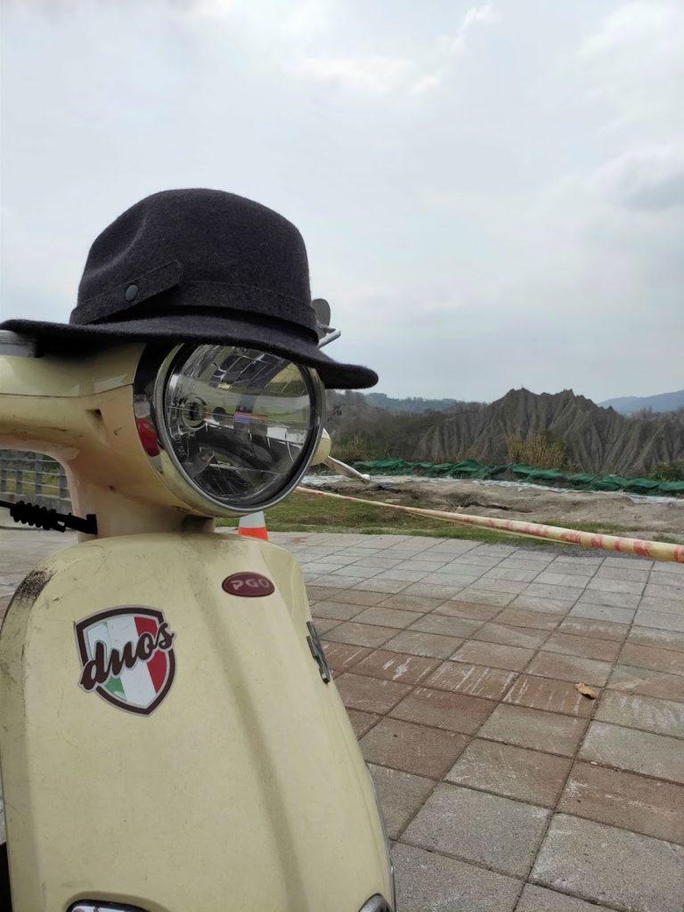 台湾にてスクーターと帽子