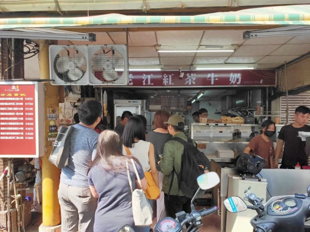 老江紅茶牛奶オーダーの列