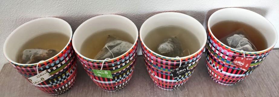 リプトン台湾茶4つにお湯をいれたところ