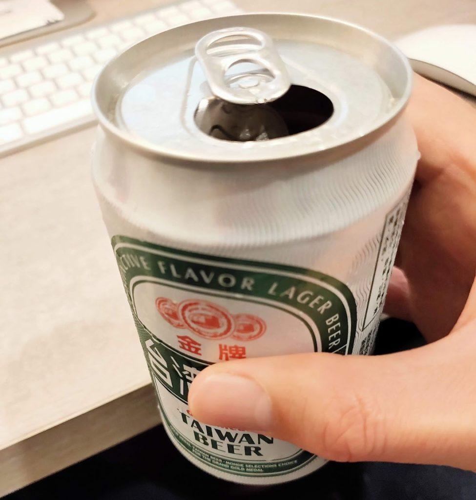台湾ビールを飲む風景