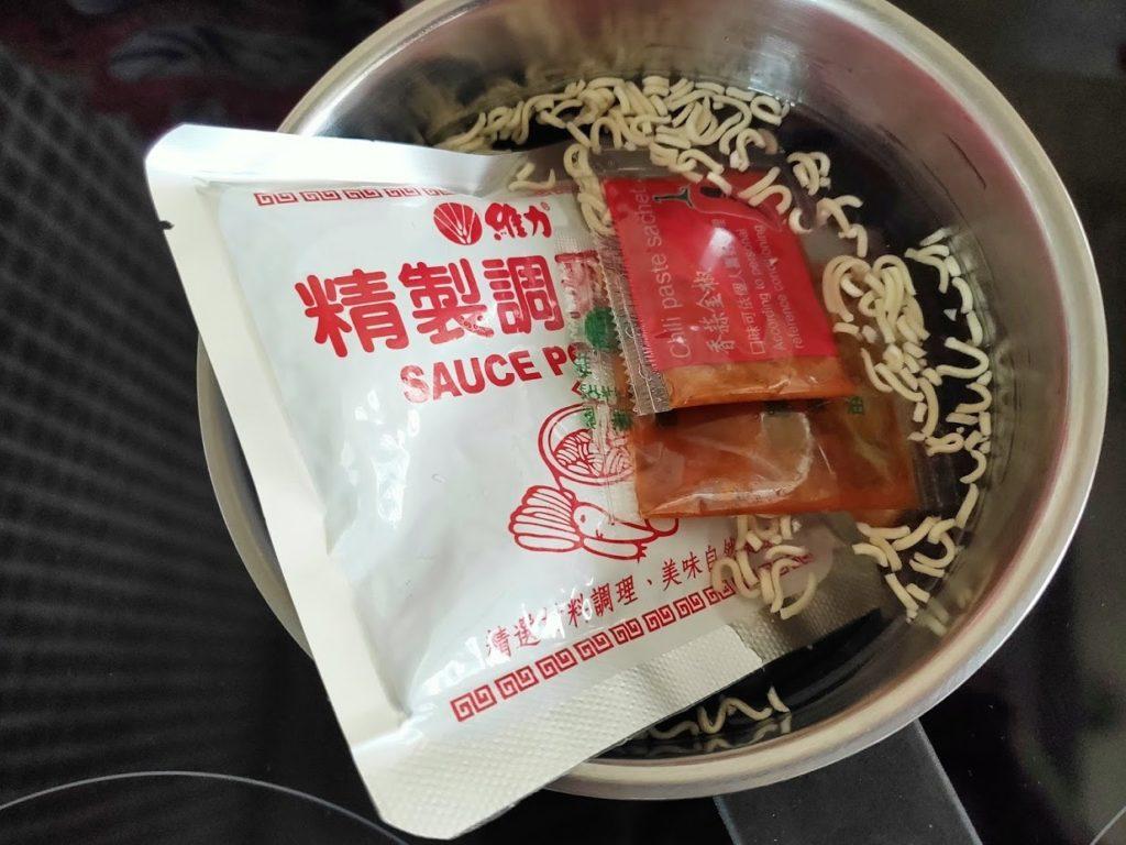 一度贊老甕牛肉麺の調理前の温め