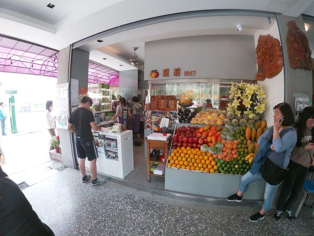 莉莉水果店の店横の果物