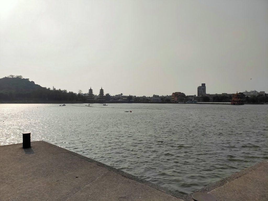 蓮池潭を龍虎塔の反対側から撮影