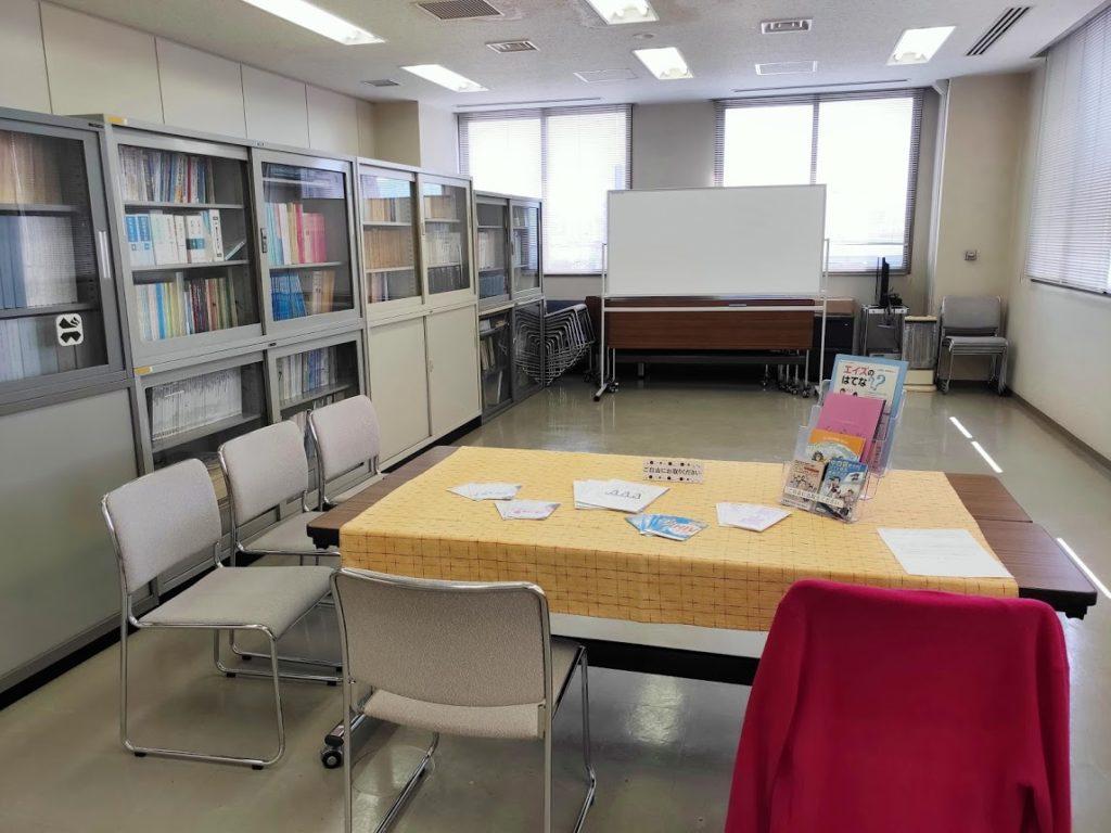 エイズ梅毒検査の待合室