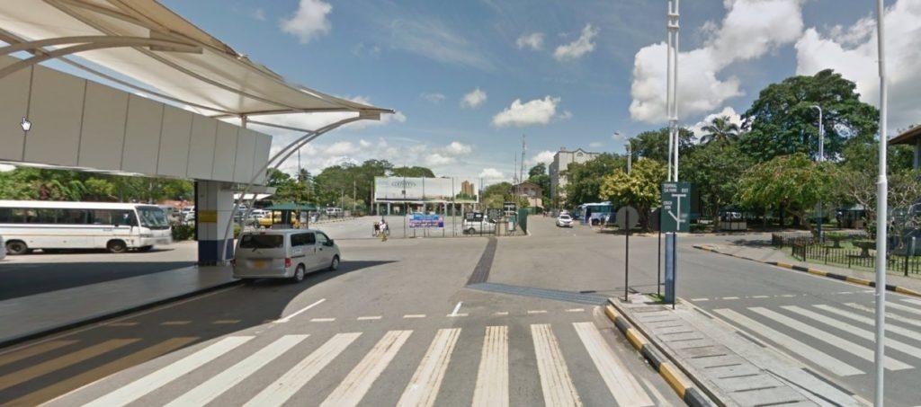 空港から市内へ行くバス乗り場