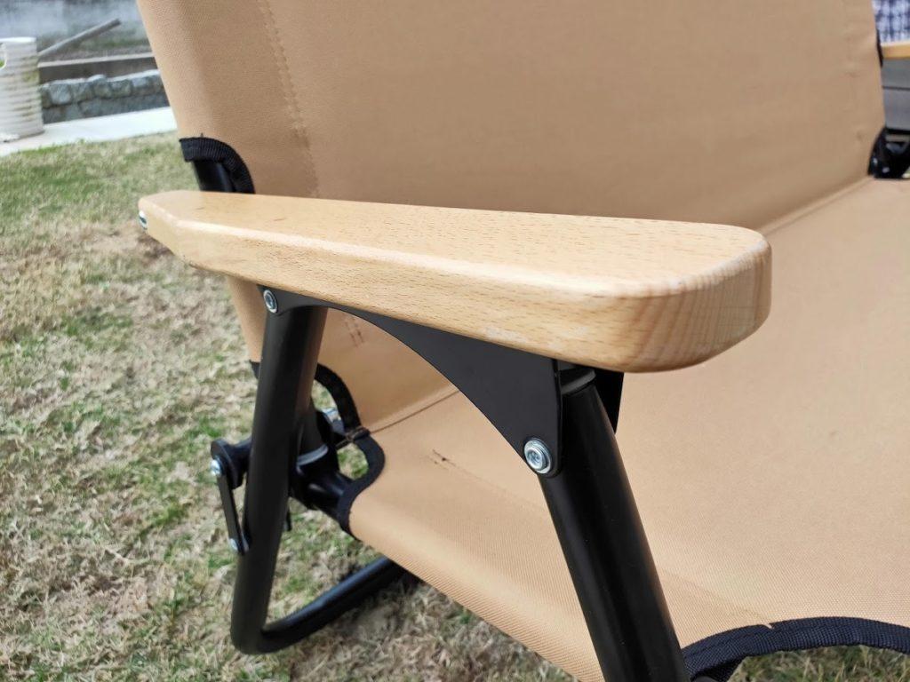 クイックキャンプの2人掛けベンチの肘掛け部分