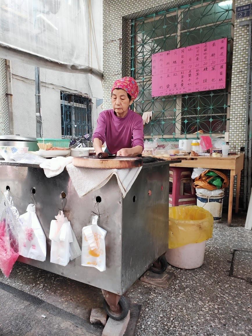 古早味現做手工蛋餅の調理する人