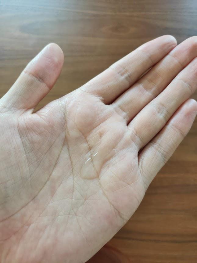 無印良品化粧水エイジング高保湿を手のひらに乗せた