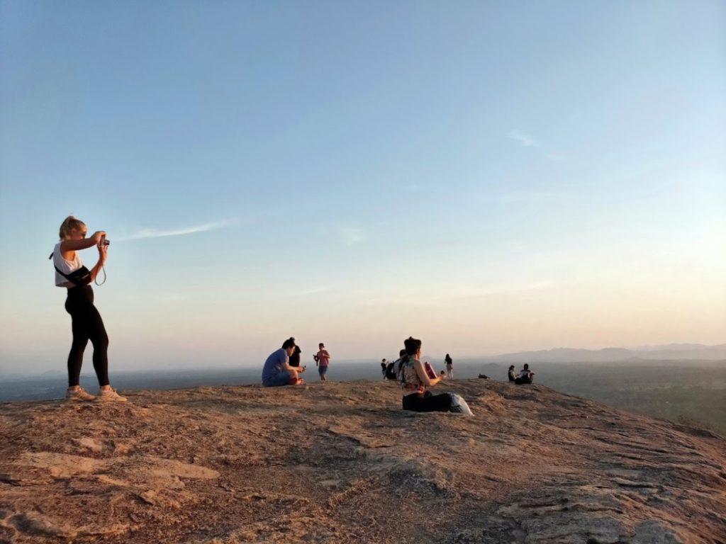 ピドゥランガラロック頂上の人々
