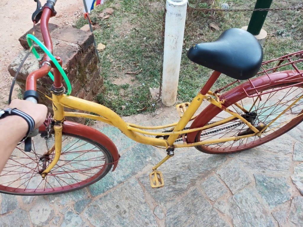 ピドゥランガラロックへ向かった自転車