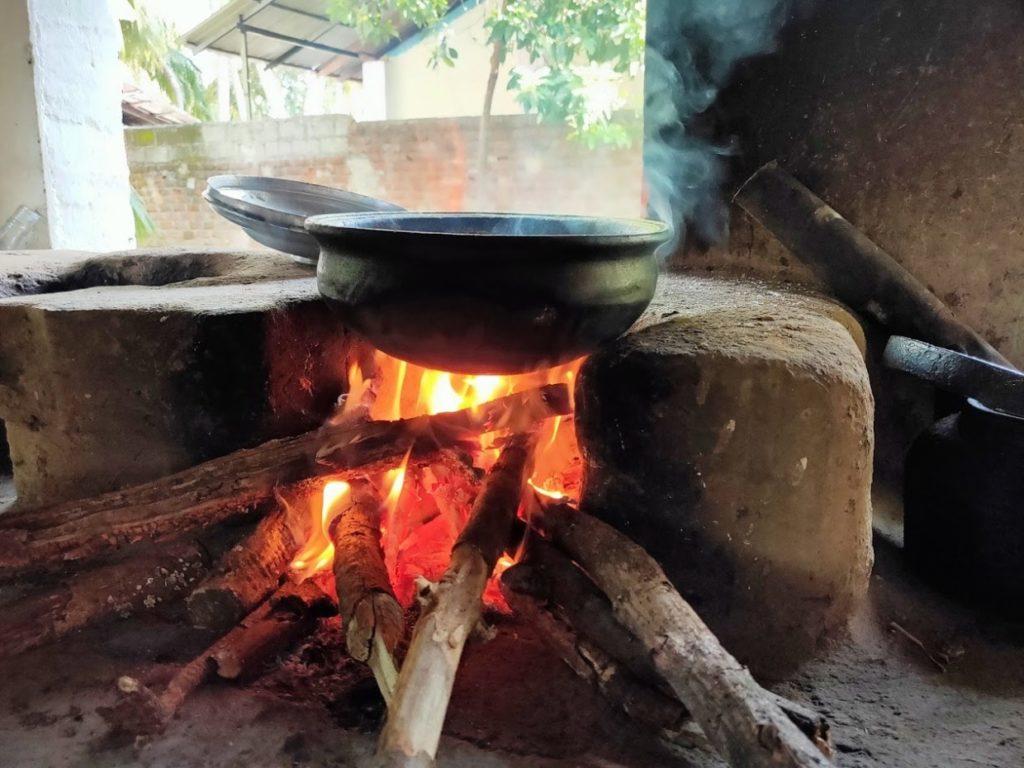 araniホームステイでの薪での料理