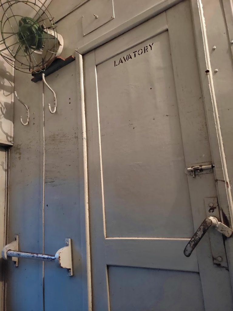 寝台列車のトイレ扉