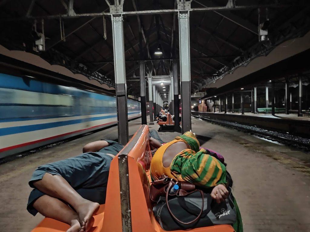 コロンボ駅で寝る人々