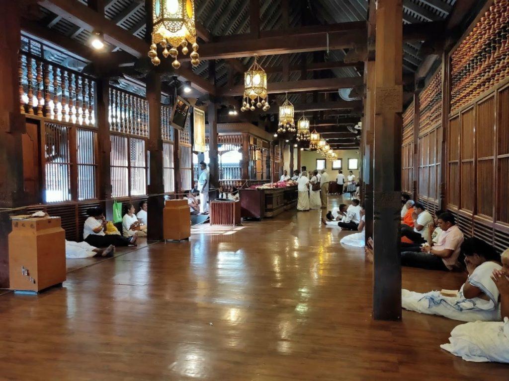 佛歯寺で祈る人々
