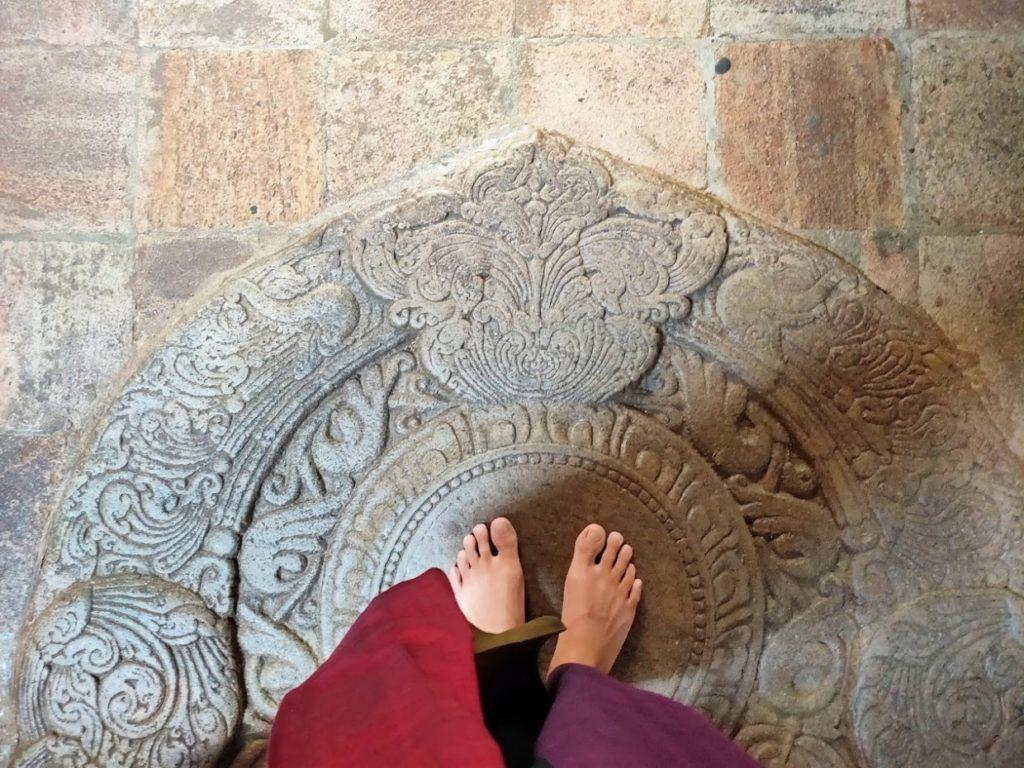 佛歯寺は裸足で入館