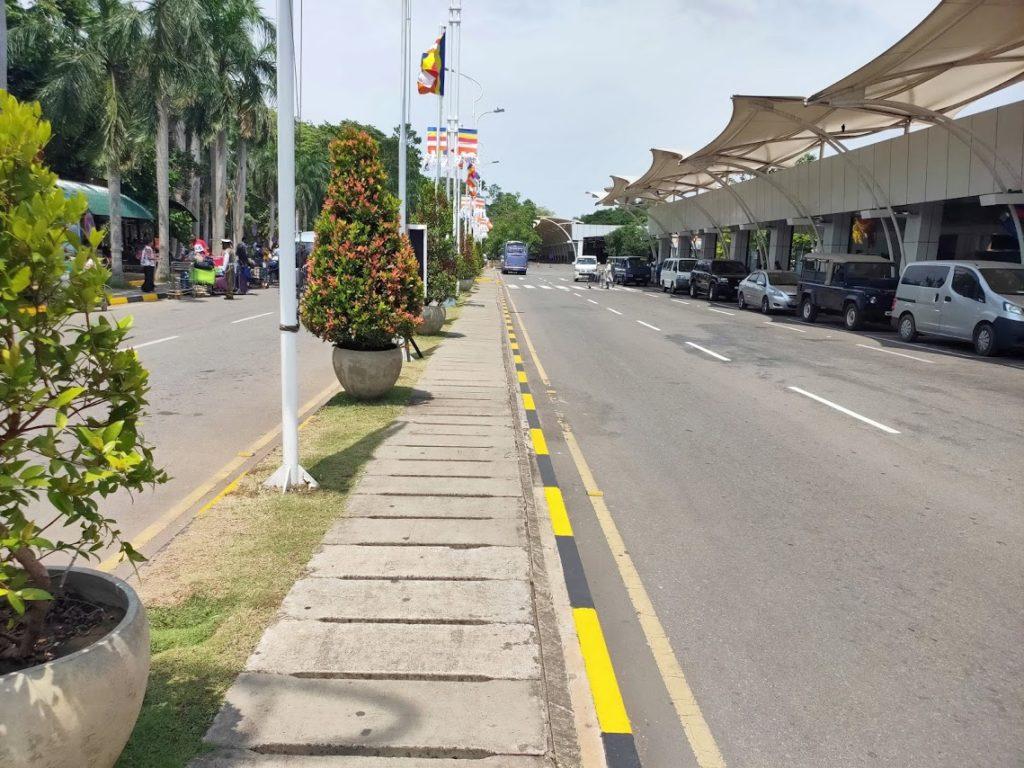 バンダラナイケ空港前の通り