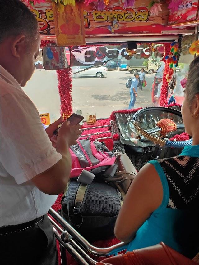カトゥナーヤカからキャンディー行きのバス運転席