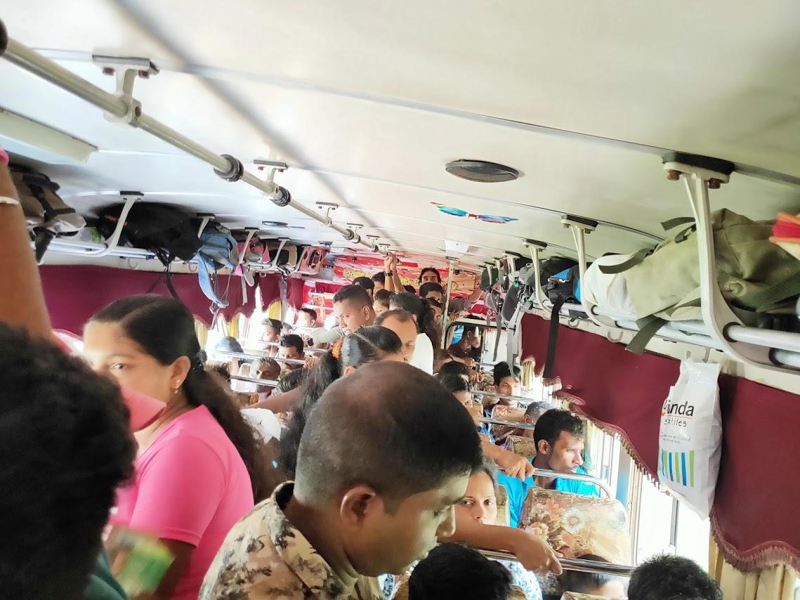カトゥナーヤカからキャンディー行きのバス車内