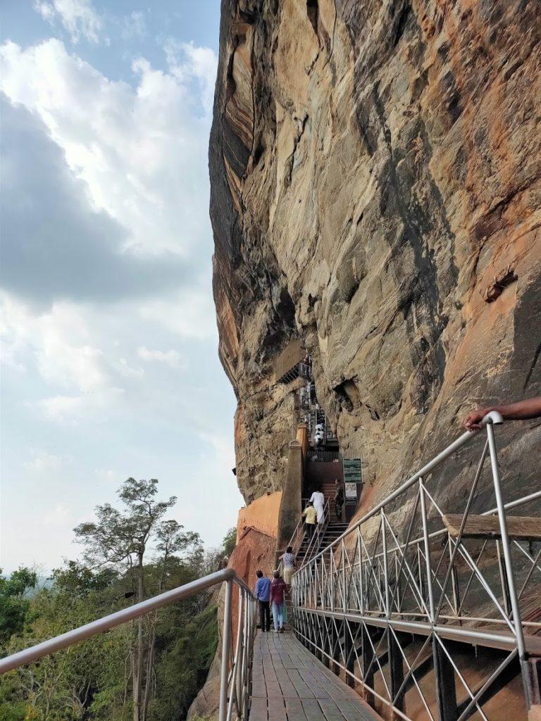 シギリヤロックの岩を登る階段