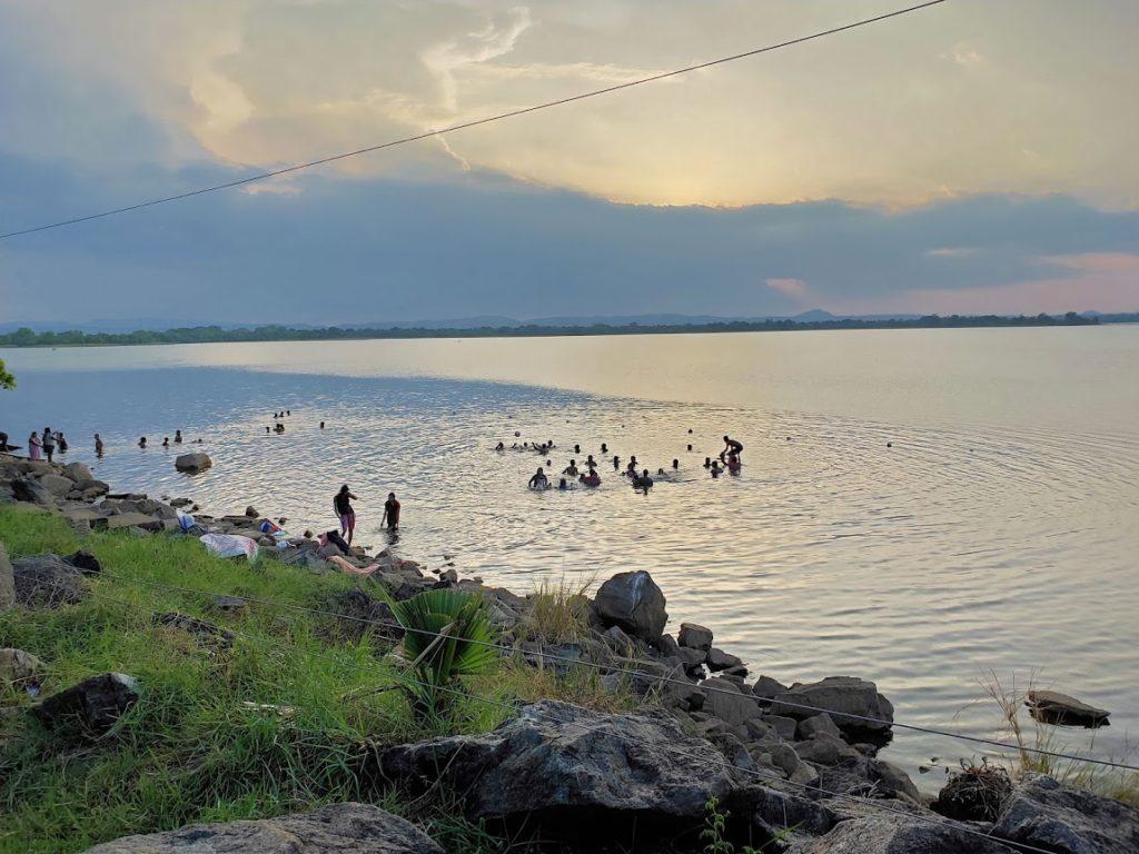 ポロンナルワの湖で泳ぐ人