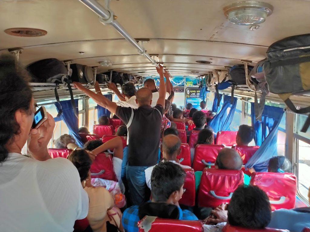 ポロンナルワからハバラーナのバス