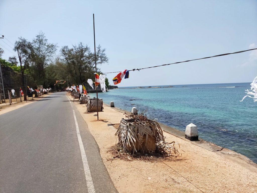 コネスヴァラム寺院へ向かう道と海