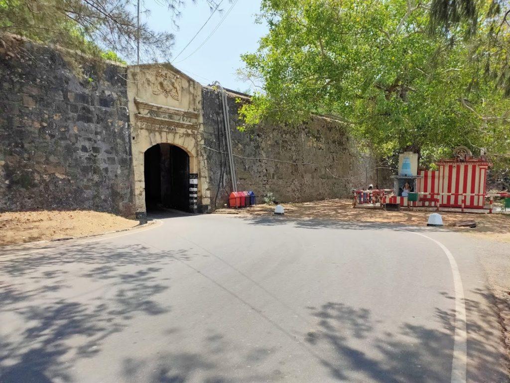 コネスヴァラム寺院へ向かうトンネル