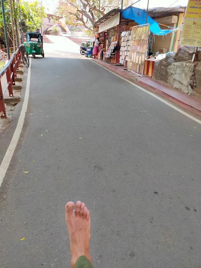 コネスヴァラム寺院前で裸足になる