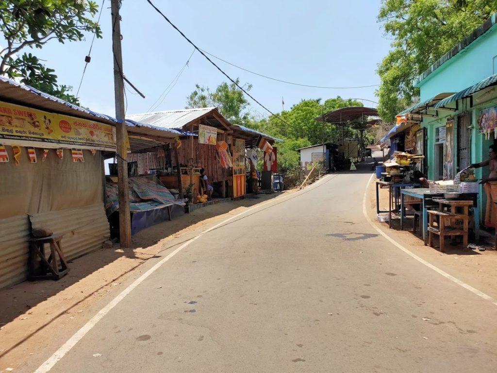 コネスヴァラム寺院の道と売店
