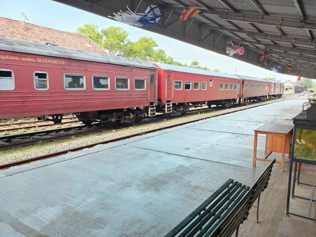トリンコマリーの駅と列車