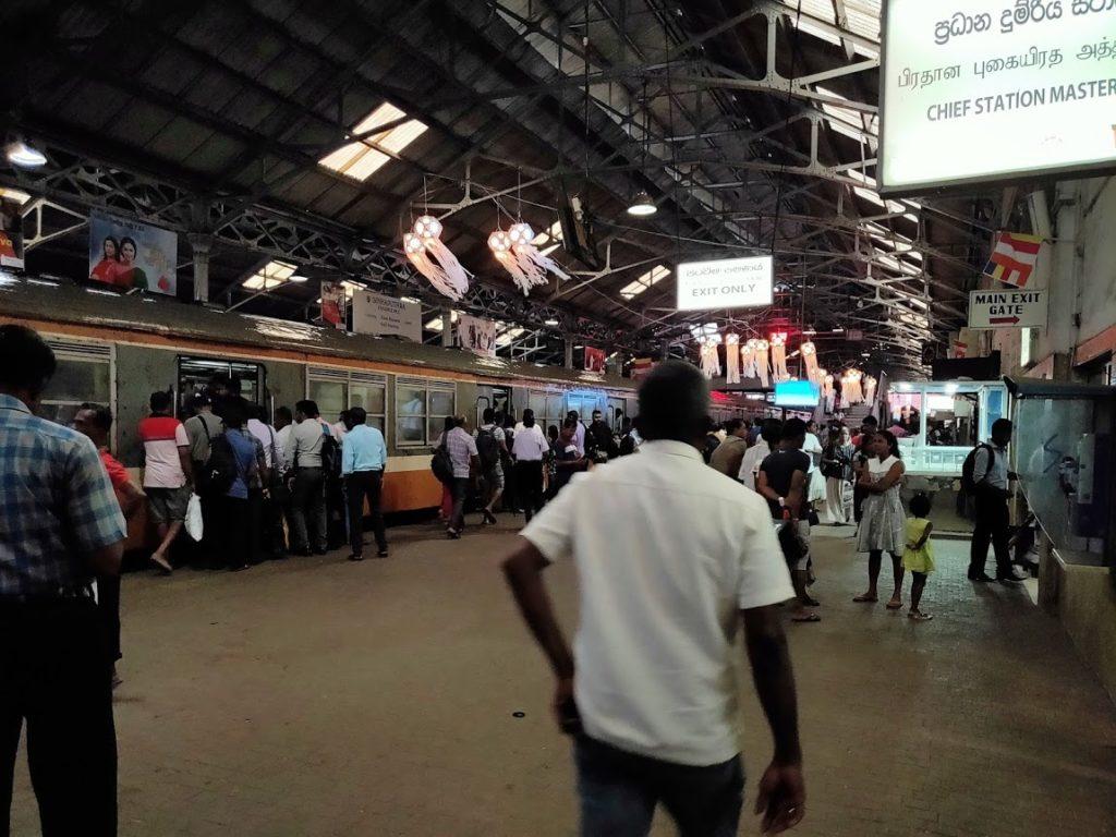 コロンボ駅の通勤ラッシュ