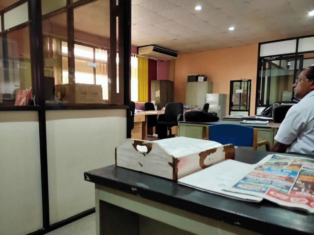 国際郵便の手続きする2階のオフィス